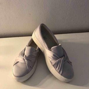 Sköna och snygga slip ons skor. endast använd 1 gång pga att skorna är för stora för mig. Färgen är lite vit silvrig men kan se lite lila ut på dessa bilder. Kan frakta ifall det behövs men då står köparen för frakt Nypris:300