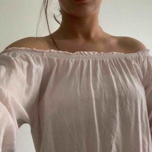 Trendig Rosa offsholder från Gina tricot. Runt material så perfekt till sommaren. Säljer den då jag endast använt den en gång. Tveka inte om du har några frågor!! Frakt tillkommer☺️☺️