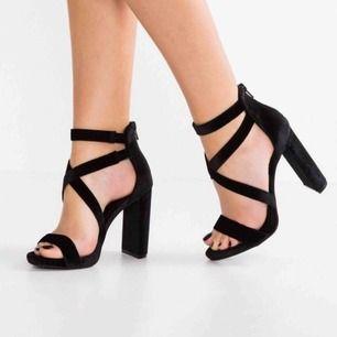 Snygga klackskor från new look med sammets material, endast använd en gång, säljer pga att skorna inte kommer till användning. Klackens höjd är 10cm Nypris: 430 Jan frakta ifall det behövs men då står köparen för frakt