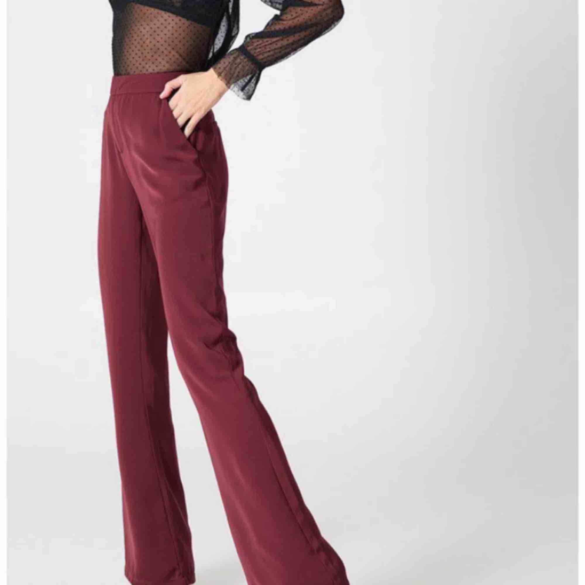 Vinröda kostymbyxor från NAKD, Hannalicious kollektion. Helt oanvända med prislappen kvar. Jeans & Byxor.
