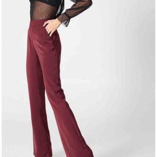 Vinröda kostymbyxor från NAKD, Hannalicious kollektion. Helt oanvända med prislappen kvar