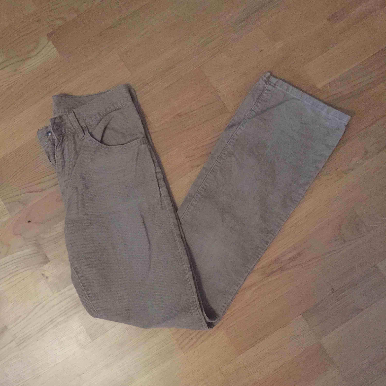Ett par utsvängda Manchester byxor från Levis i bra skick. De är hyfsat små i strl skulle säga XS-S, de har en mer beige färg än på bilderna!!! De hade spruckit vid rumpan, har därmed sytt ihop hålet. Kan skicka bild vid intresse!. Jeans & Byxor.