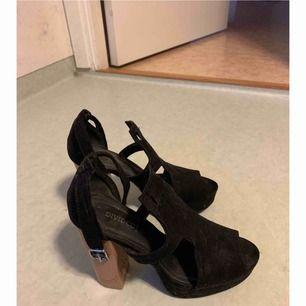 Ett par högklackade skor, köpta ifrån HM (Något dammiga men det torkar jag självklart av , då dom. Bara har stått utan användning)