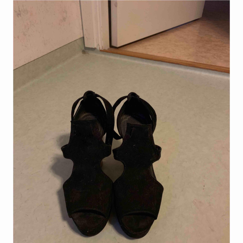 Ett par högklackade skor, köpta ifrån HM (Något dammiga men det torkar jag självklart av , då dom. Bara har stått utan användning) . Skor.