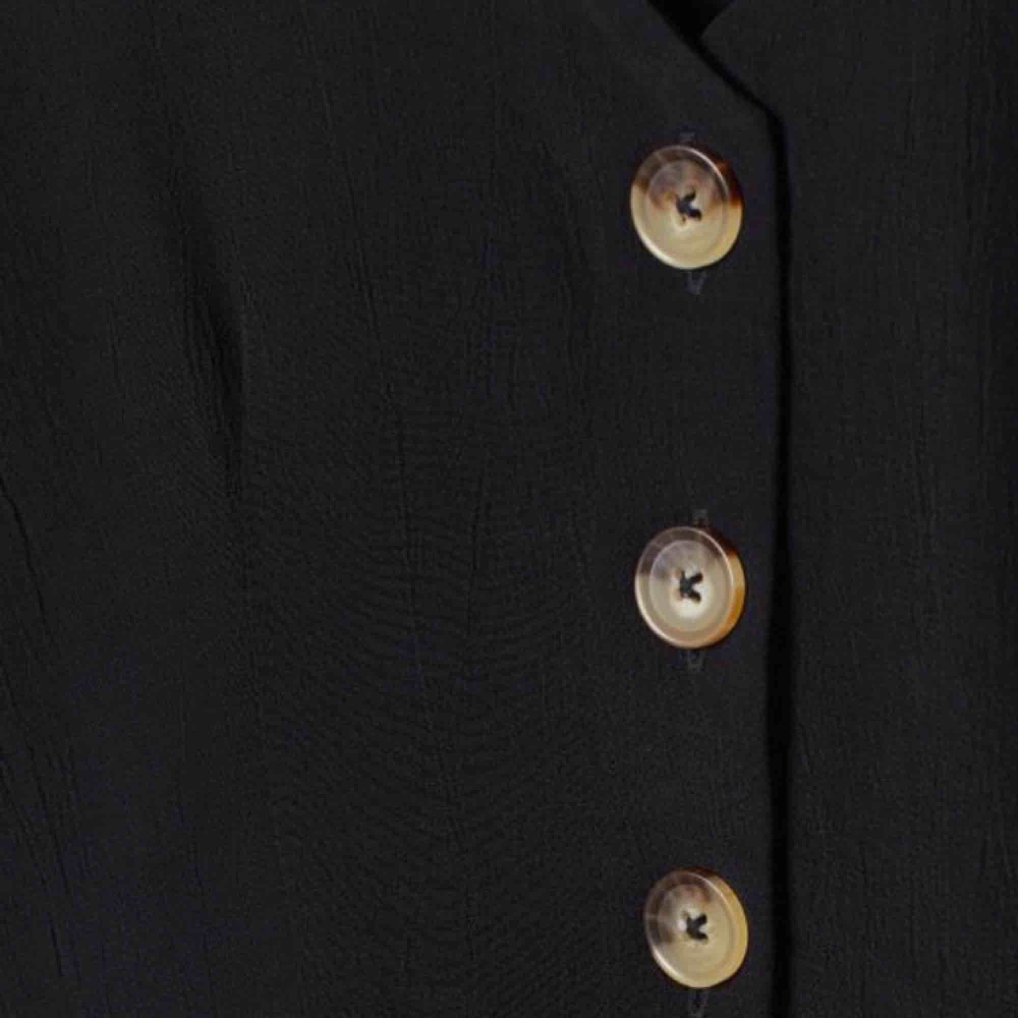 Superfin somrig volangblus i svart med brun/beicha knappar ☀️🌿🍸 Frakt 42 kr eller mötas i Stockholm! . Blusar.