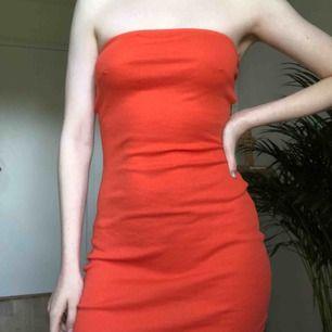 Enkel och somrig klänning från Gina Tricot i storlek XS. Väldigt stretchig och passar antagligen XS-S/M. Säljer på grund av att den inte är min stil. Betalas via Swish och frakt tillkommer.😘