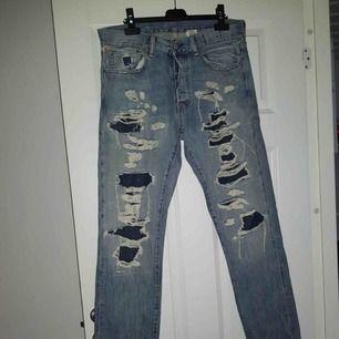 Coola slitna jeans från Ralph Lauren i herr modell. Använda 1 gång så alltså i mycket fint skick! Storlek är 32 i midja och 32 i längd.