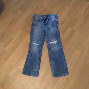 Fina högmidjade jeans med hål i i modellen straight. De är i strl 27, skulle säga S. De är i toppen skick!