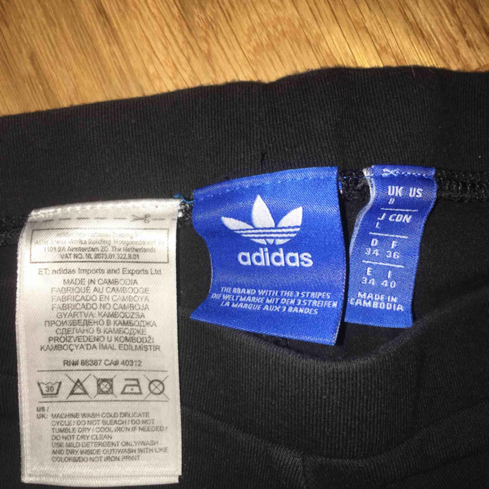 Adidas tights/träningstights. Supersnygga och sköna, men kommer ej till användning av mig. Kan frakta eller mötas upp, frakten tillkommer. Skriv vid intresse!. Jeans & Byxor.