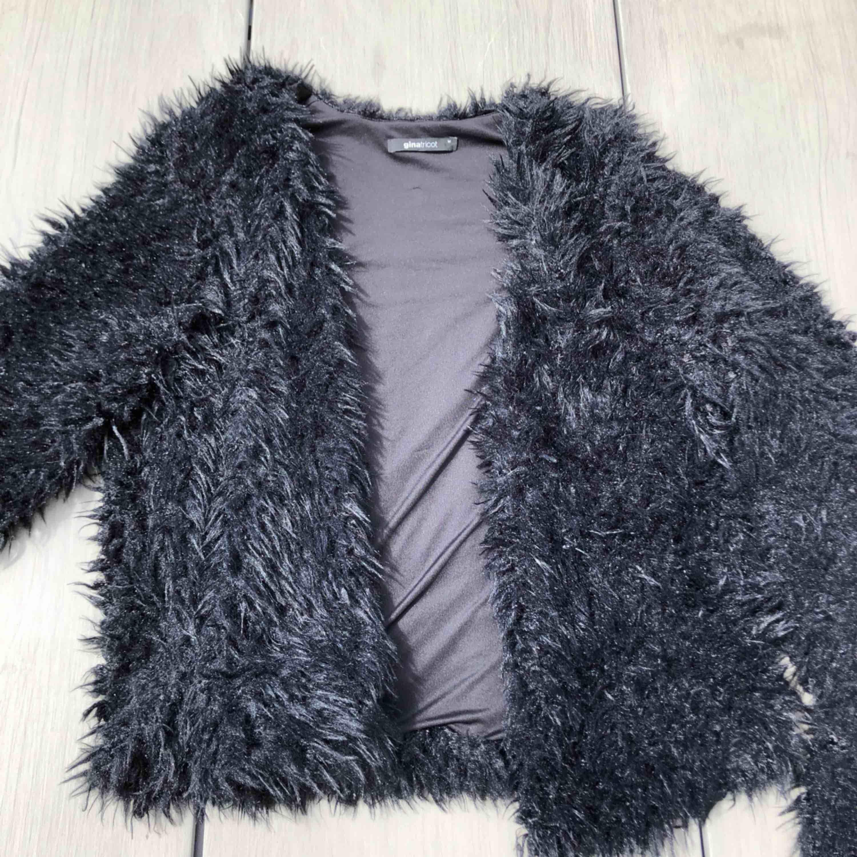 Fluffig faux fur jacka i storlek M men passar också S som oversized. Frakt är redan inkluderat i priset!. Jackor.