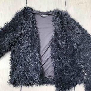 Fluffig faux fur jacka i storlek M men passar också S som oversized. Frakt är redan inkluderat i priset!