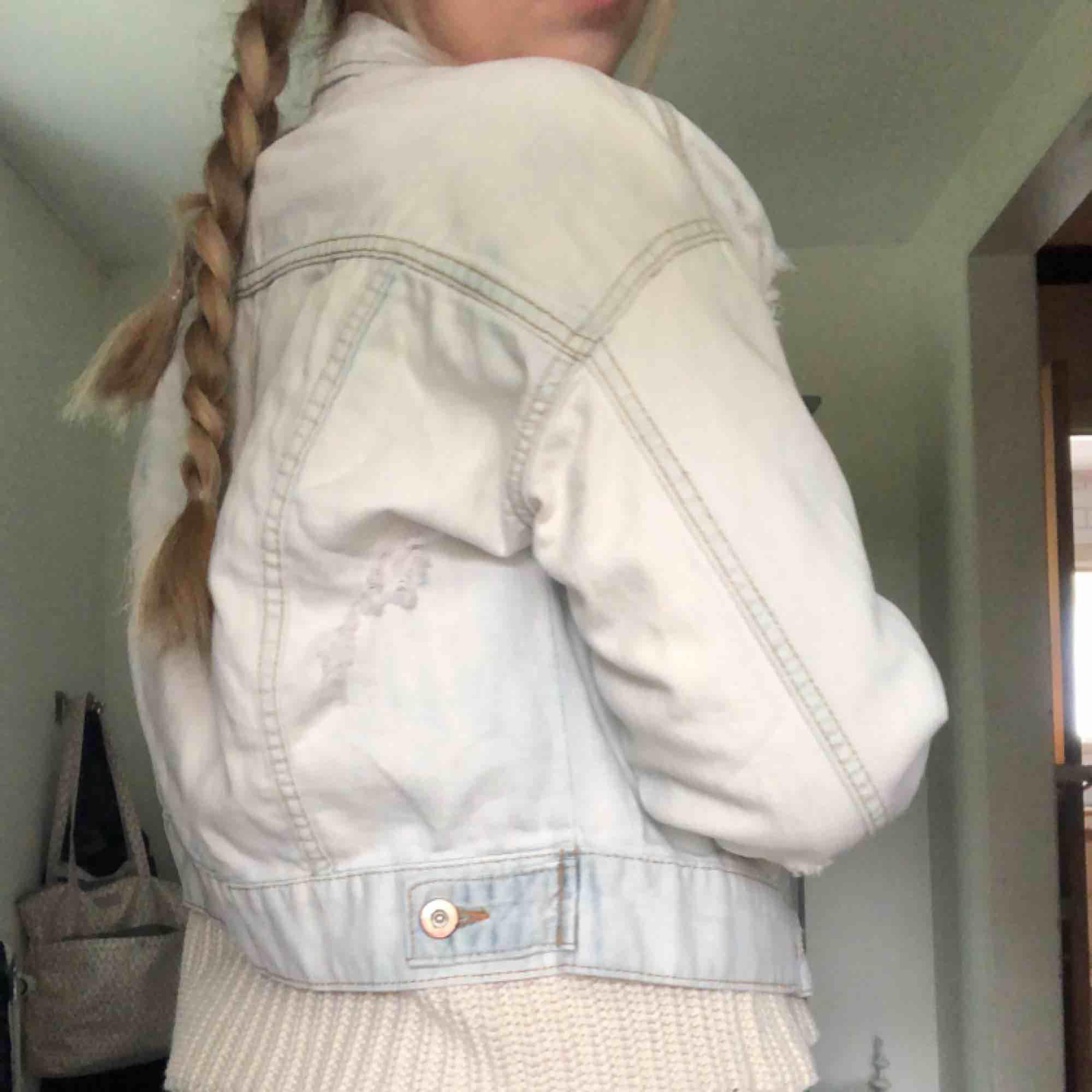 Rippad jeans jacka ifrån Forever 21, aldrig använd!. Jackor.