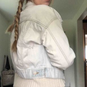 Rippad jeans jacka ifrån Forever 21, aldrig använd!
