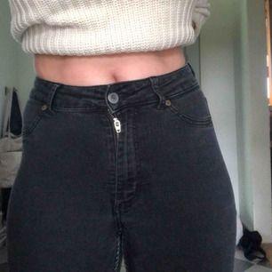 Cheap Monday byxor i bra skick, vet ej storleken men jag är en small och såhär sitter dom på mig. Jag är 160 och dom är lite lite långa för mig. Dom är väldigt stretchiga🥰🤘