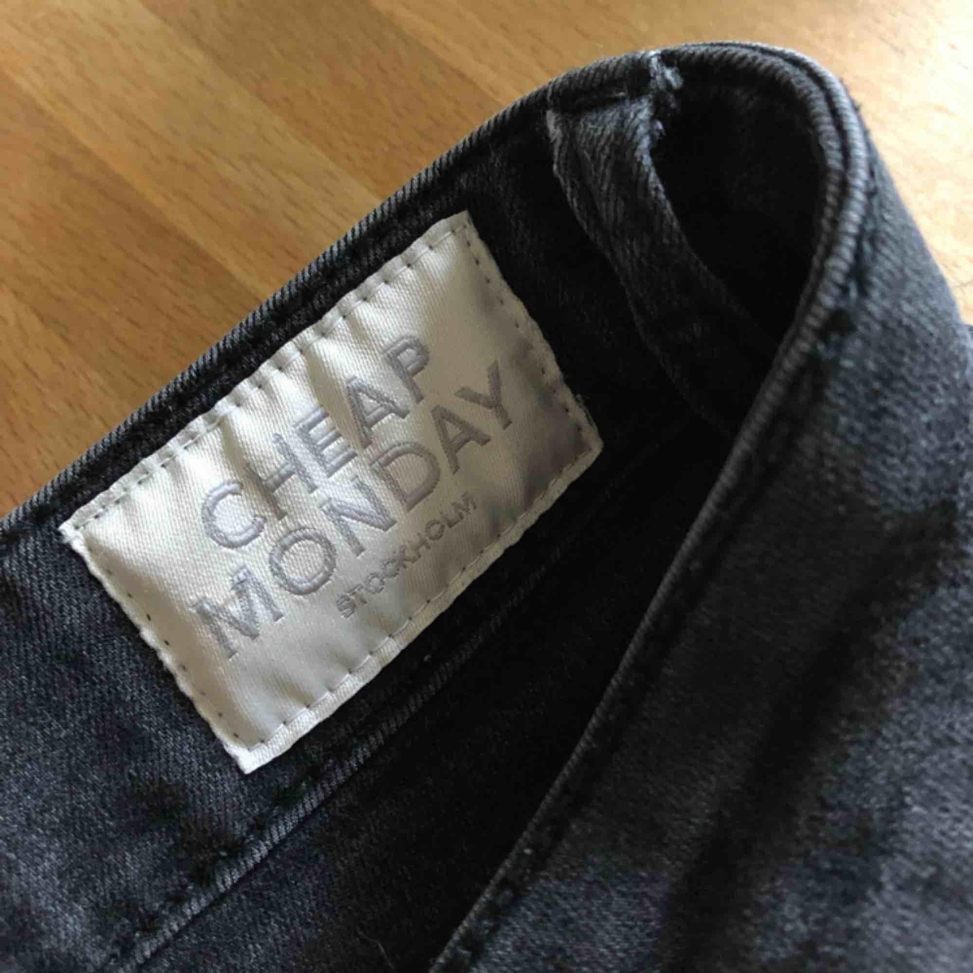 Cheap Monday byxor i bra skick, vet ej storleken men jag är en small och såhär sitter dom på mig. Jag är 160 och dom är lite lite långa för mig. Dom är väldigt stretchiga🥰🤘. Jeans & Byxor.