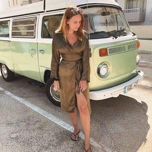 Sjukt snygg omlott klänning från Hannalicious x nakd. Militärgrön och storlek 38. Använd en gång. Köparen står för frakt.