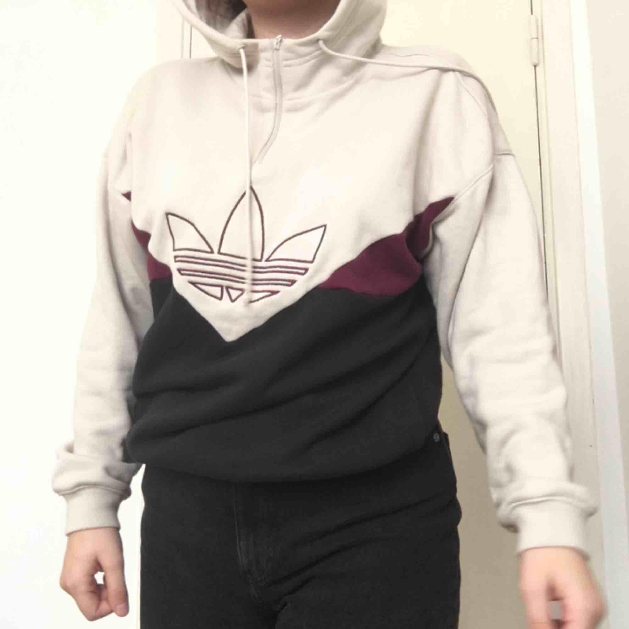 Sparsamt använd beach hoodie från adidas Köparen betalar frakt. Huvtröjor & Träningströjor.