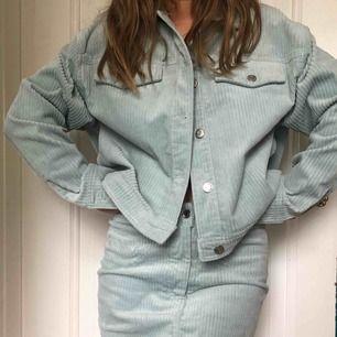 Skitsnyggt ljusblått manchester-set från Weekday, aldrig använt💛🏄♀️ köpt för 800kr, säljer för 400kr inklusive frakt!