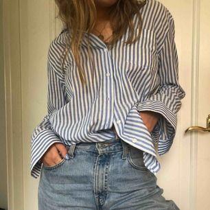 Fräsch blårandig skjorta i linneliknande material💖säljer för 70 kr inkl frakt<3 aldrig använt