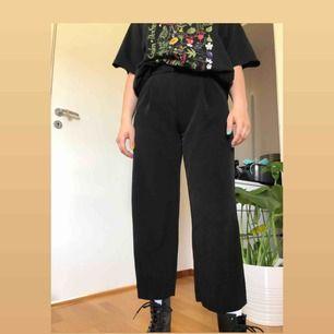Svarta culottebyxor från Monki strl 36, knappt använda, bra skick och skönt material. Köpare betalar frakt🥰