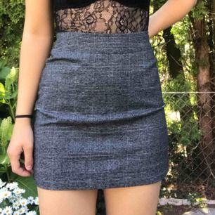 Skitsnygg rutig kjol från monki i storlek 34 men sitter mer som en 36. Köpt för 250kr och är endast använd ett handfull gång. Köparen står för frakt!