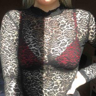 En långärmad spets tröja! Sjukt snygg till fest eller dra över en tshirt till vardags. Frakt tillkommer på 39kr. Pris kan diskuteras vid snabb affär🌸