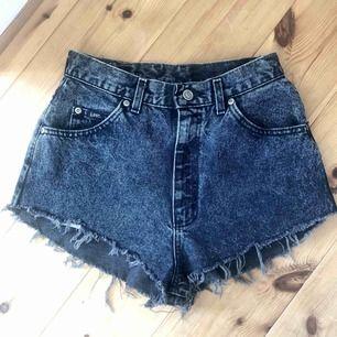 Avklippta kortkorta jeansshorts med hög midja, Lee. Svarta stentvättade. Står ingen storlek men passar mig som har w27. 100 pix frakt inkluderat!