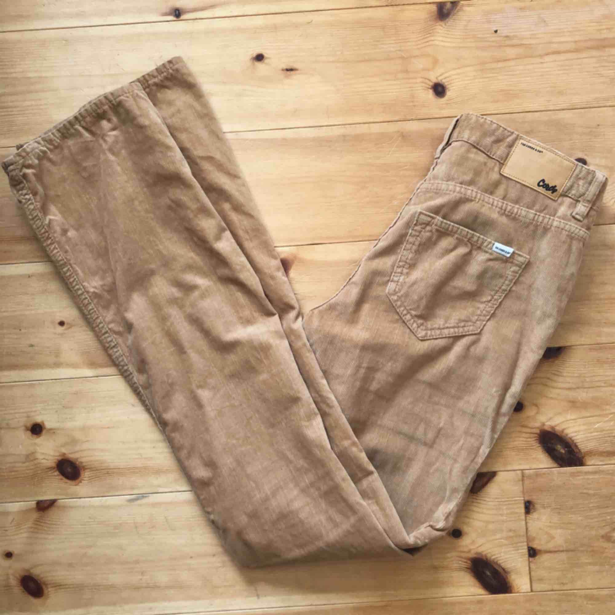 Flares i manchester från The Cords. Riktig 70-tals-drömbyxa! Mjuka och härliga att ha på sig.  Fri frakt!. Jeans & Byxor.