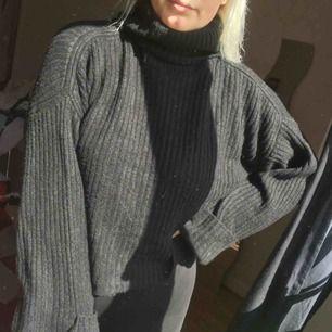 En stickad tröja med polo och uppvikta armar. Den är svart och hur mysig som helst! Använd ca 2 ggr så i väldigt fint skick. Frakt tillkommer på 39kr. Pris kan diskuteras vid snabb affär. 🌸