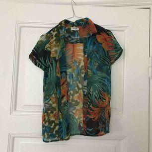 Härlig Hawaii-skjorta i genomskinligt tyg.