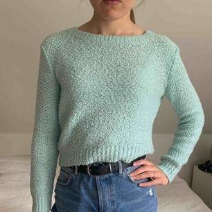 En härlig, mysig stickas tröja från H&M. Tröjan är använd några gånger, men fortfarande mycket god kvalité. Eftersom tröjan är ganska stor och härlig, passar den troligen dig med storlek XS-M. Nypris ca 200-300kr, säljs för 50kr.