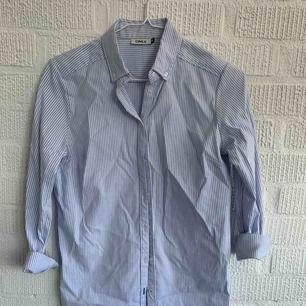 Skjorta från only  100% bomull stretch och figursydd