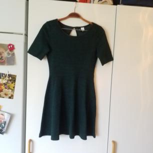 Näst intill oanvänd klänning