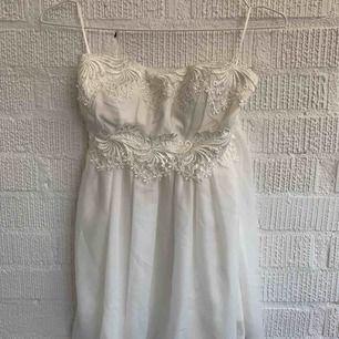 Min gamla studentklänning. Är avkortad då jag endast är 160cm lång. Finns inga band men går att sätta fast band om man önskar.