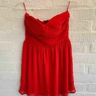 Superfin klarröd klänning. Utan band och fungerar med lite större byst.