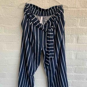 Kortare byxor från lager 157 härligt marinblåa med vita streck.