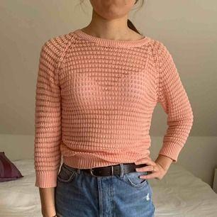 En super snygg stickad tröja från Primark i London. Endast använd 1 gång och köptes för ca 150kr. Den är ganska genomskinlig och bör passa storlekarna XS-M.
