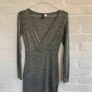 Silvrig klänning från hm Aldrig använd. Är mjuk i materialet