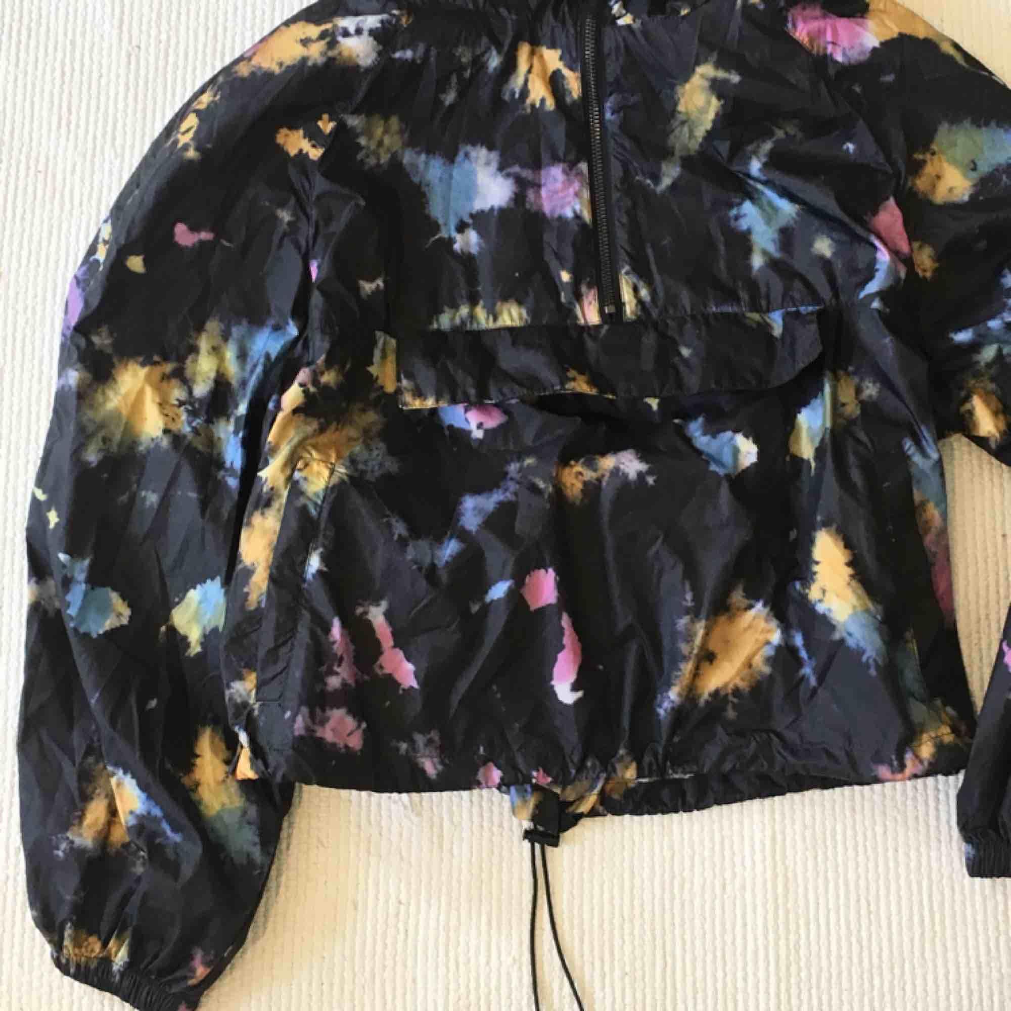 BATIKMÖNSTRAD regnjacka - helt oanvänd från Zara. Sååå fin men har redan en annan. 🕊🕊. Jackor.