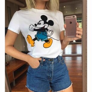 T-shirt från Levi's Mickey Mouse collection. 100% bomull, trycket är i sammet. Den är helt oanvänd med prislapp kvar.   Kan mötas upp i/nära Göteborg. Kan även skickas, då tillkommer fraktkostnad.