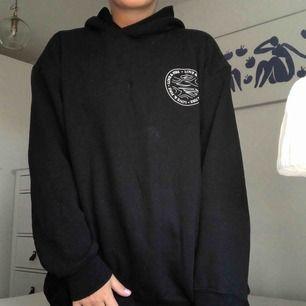 Hur skön lång hoodie från weekday, storlek M, säljs då den inte används