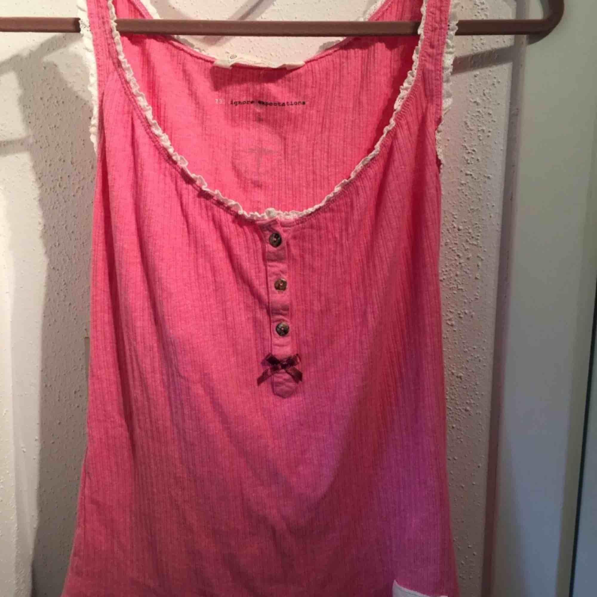 Rosa linne från Odd Molly storlek 0 (motsvarar ca storlek S). Fint skick. Finns i Sollentuna.. Toppar.
