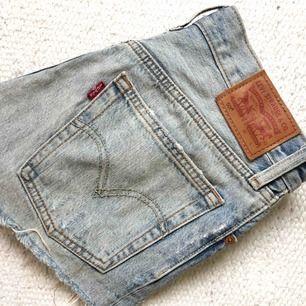 Ett par Levis shorts i ljusblå denim, använda fåtal gånger så i bra skick. Säljer då dem ej passar längre :/