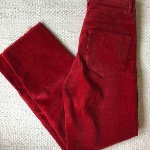 Ett par röda manchesterbyxor i strl 34 som är i väldigt bra skick. Använder sällan så därför till salu! Är i rak/tight passform, går ut mer från knäna till smalbenen.