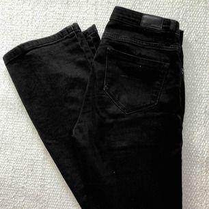 Svarta lågmidjade bootcut/flarebyxor från en fransk butik! Ger 2000-vibes! Mycket fint skick och väldigt stretchiga o bekväma.