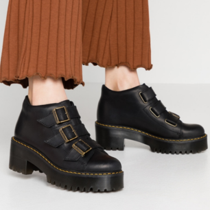 Nya, endast prövade Coppola tie ankel boots i supersnygg matt, brun färg. Lätta att gå i! De är stora i storleken så jag, som vanligtvis är liten 37a passar i dem.  Möts upp i Stockholm eller Örebro!  Nypris 1 950kr.