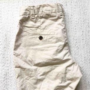 Ett par lite längre shorts i chinos-material. Fräsch beige färg. Nästan aldrig använda så i mycket bra skick! I storlek 34 men kan möjligtvis passa strl 36.