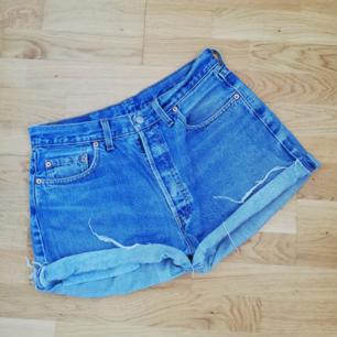 Blå cutoff jeansshorts från Levi's i stl 33 tum (80 cm midjemått). Modell 508 och höga i midjan. Frakt 63 kr.