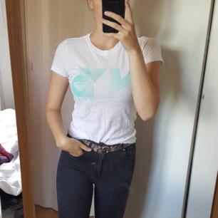 Roxy T-shirt köpt i New york för några år sedan. Använd med i bra skick. Vid frågor eller fler bilder skicka meddelande🌻