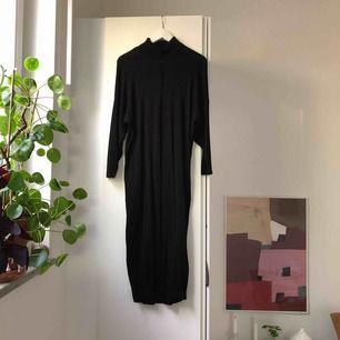 Lång poloklänning med fin stickad detalj i storlek S. Från Weekday och i fint skick!